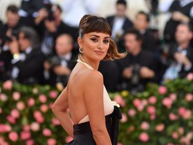 TOPSHOT - Spanish actress Penelope Cruz arrives for the 2019 Met Gala at the Metropolitan Museum of Art on May 6 2019 in New York - The Gala raises money for the Metropolitan Museum of Art s Costume Institute The Gala s 2019 theme is Camp Notes on Fashion inspired by Susan Sontag s 1964 essay Notes on Camp Photo by ANGELA WEISS AFP