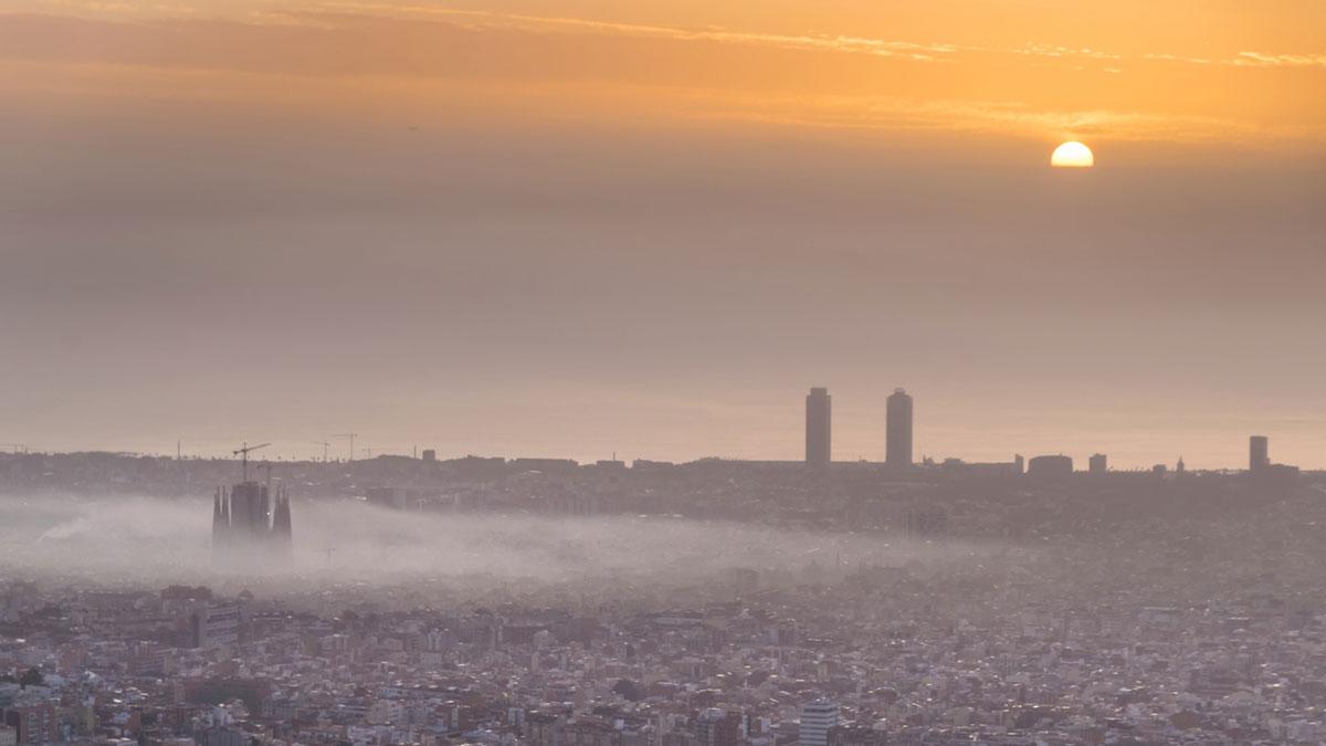Así ha empezado el espectacular incendio en la calle de Enamorats, en Barcelona. En la foto, la zona de la Sagrada Familia con una columna de humo a causa del fuego estancada, a primera hora de la mañana.