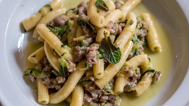Peppe Palo explica com prepararigatoni amb carbassó i botifarra a lUnAltra Storia