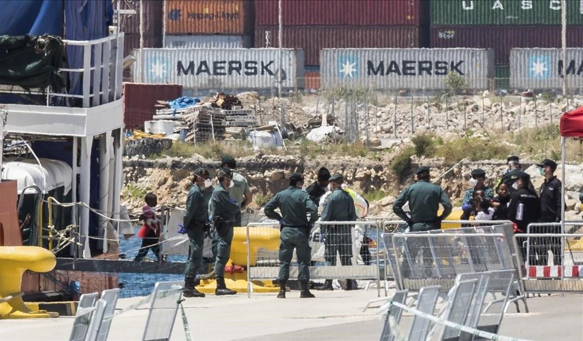 Desembarco de los inmigrantes rescatados por el Aquarius el pasado mes de junio en el Puerto de València