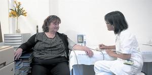 Una enfermera del Hospital del Mar toma la presión a una paciente.