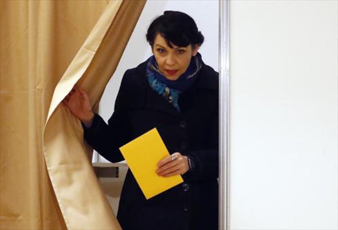 Birgitta Jónsdóttir, del Partido Pirata, antes de depositar su voto.