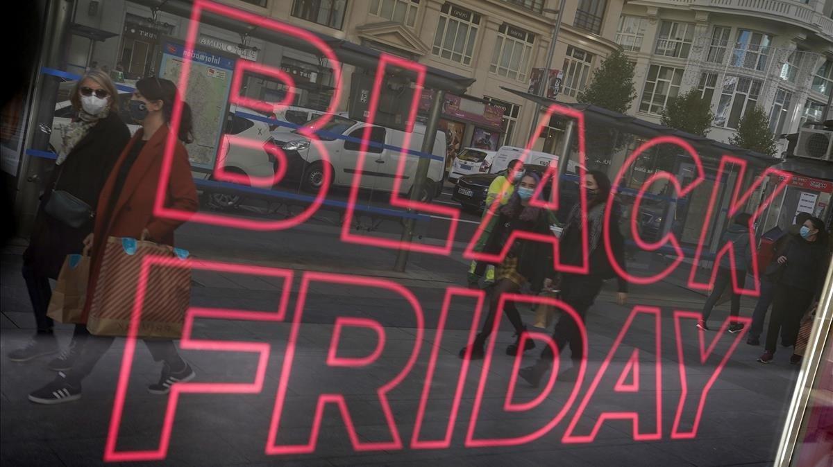Cartelde ofertaen el Black Friday en un comercio.