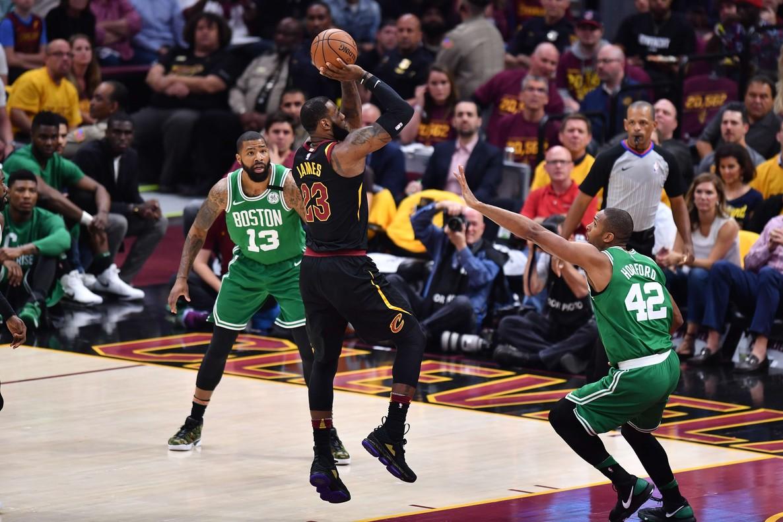Lebron James, enracha, frente a los Celtics.