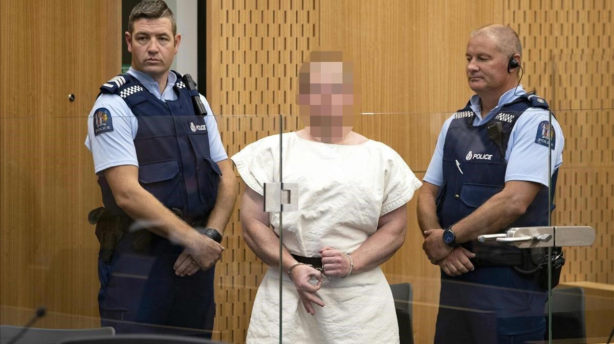 Brenton Harrison Tarrant, autor de la masacre de Nueva Zelanda, ha comparecido este sábado ante un tribunal de Christchurchy se ha despedido formando con su mano derecha algo parecido a ese OK invertido que utilizan los supremacistas blancos.