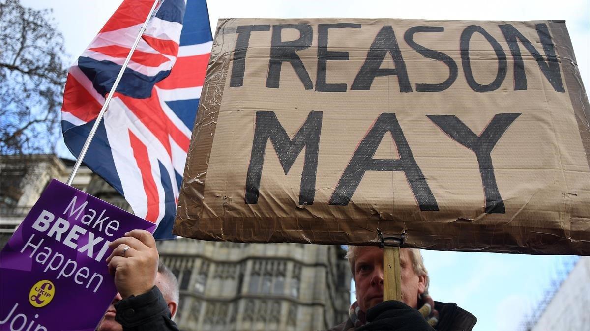 Un militantedel partido euroescépticoUKIP sostiene un cartel en el que se lee May traición en una concentración a favor del brexit hoy domingo en Londres.