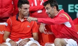 Bruguera conversa con Bautista, durante su partido de Copa Davis en Lille.