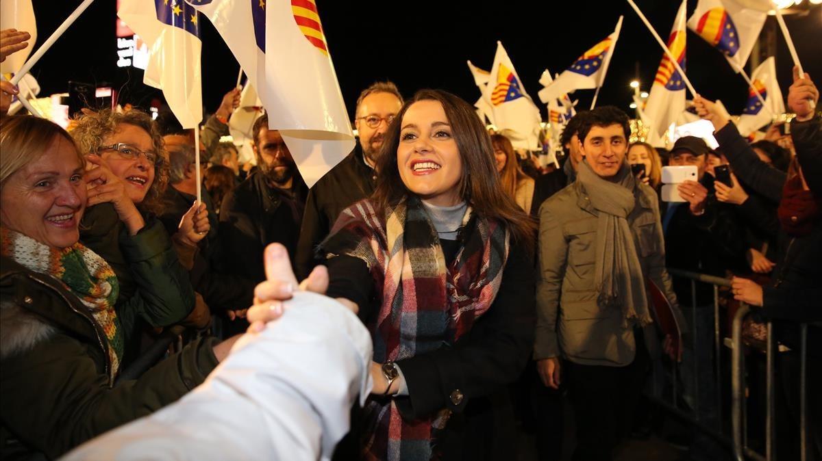 La candidata de Cs a presidenta de la Generalitat, Inés Arrimadas, saluda, este lunes, al público del mitin de Cornellà de Llobregat.