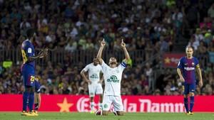 El capitán del Chapecoense Alan Ruschel señala al cielo tras ser sustituido en el Gamper