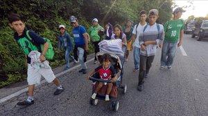 Un grupo de los 5.000 migrantes que se concentran en un centro deportivo en el este de Ciudad de México.