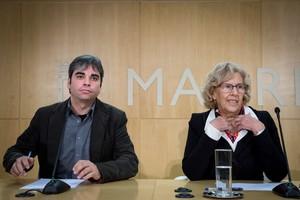 Manuela Carmena acompañada del edil de IU Jorge García Castano, el nuevo delegado de Hacienda.