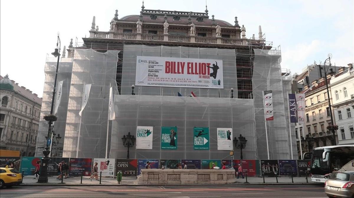 Un cartel anuncia la obra Billy Elliot, suspendida por la Ópera de Budapest.