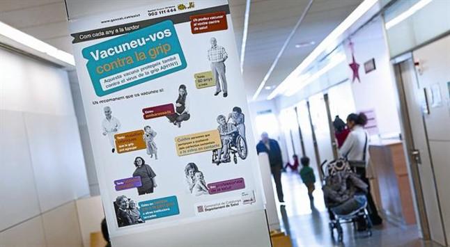 Carteles de prevención de la campaña de la gripe en el CAP de Marina, en Barcelona.