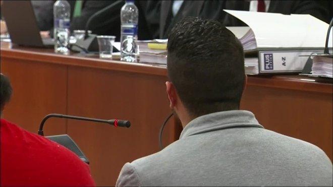 Rodríguez ha afirmado en el juicio que los agentes se le acercaron por la espalda, aunque no apercibió sus pasos cuando se aproximaron.