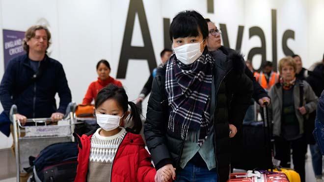 Pasajeros con mascarillas a su llegada al aeropuerto deHeathrow, Londres,