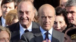 Chirac (izq.) junto a Alain Juppé, en el 2008 en París.
