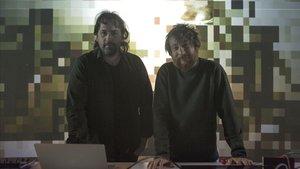 El cineasta Isaki Lacuesta (izquierda) y el músico Raúl Refree, ante una proyección de su instalaciónen el Centro de arte contemporáneo Fabra i Coats, en Barcelona, este jueves.