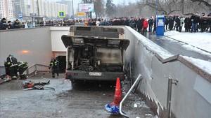 Almenys 5 morts al precipitar-se un autobús a la boca d'un metro de Moscou