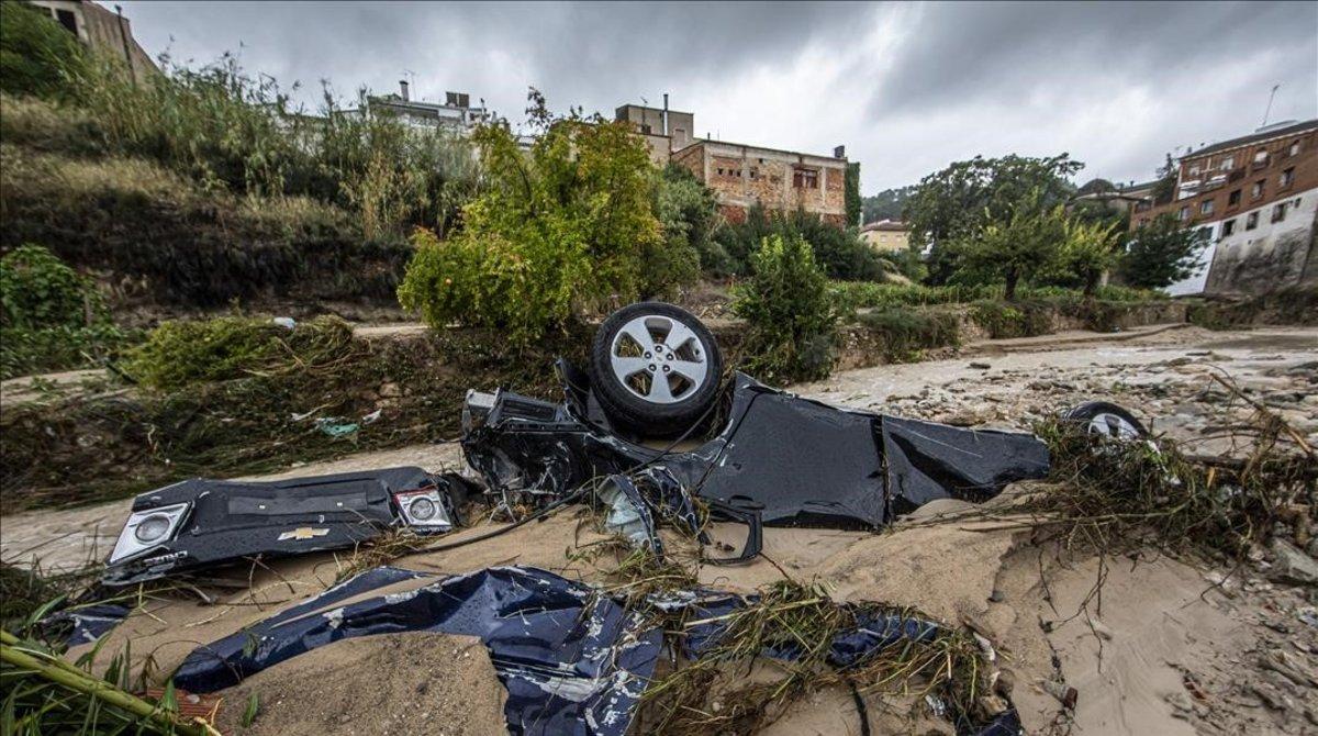 Un coche arrastrado por las riadas en Moixent (Valencia).
