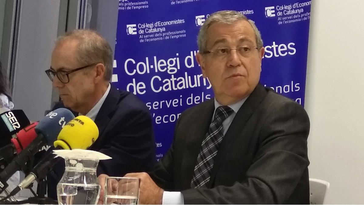 Albert Carreras y Modest Guinjoan, portavoces del grupo de coyuntura de la comisión de Economía Catalana del Col·legi d'Economistes de Catalunya, durante la presentación a la prensa del estudio sobre los efectos económicos del 1-O.