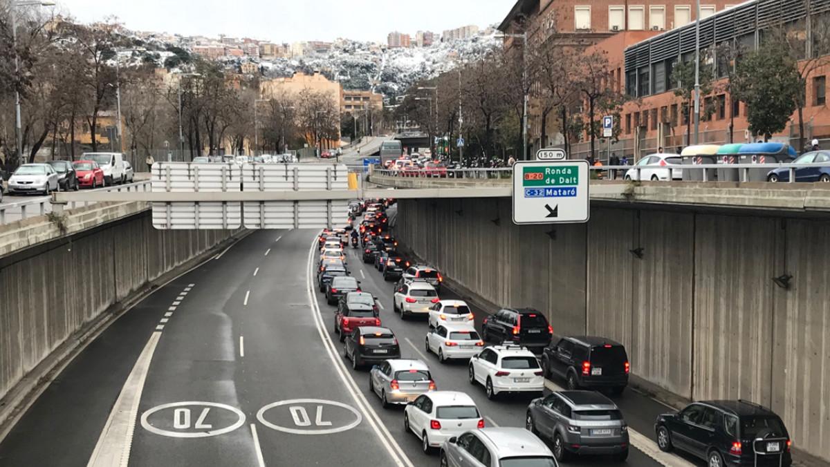 Colas kilométricas en dirección a los túneles de Vallvidrera.