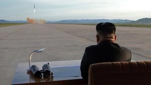 El líder norcoreano, Kim Jong-un, observa ellanzamiento de un misil el pasado mes de septiembre.