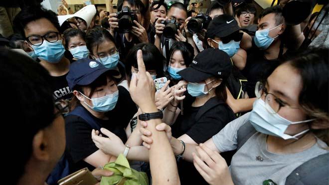 Decenas de manifestantes levantan su voz contra la ley de extradición en Hong Kong.