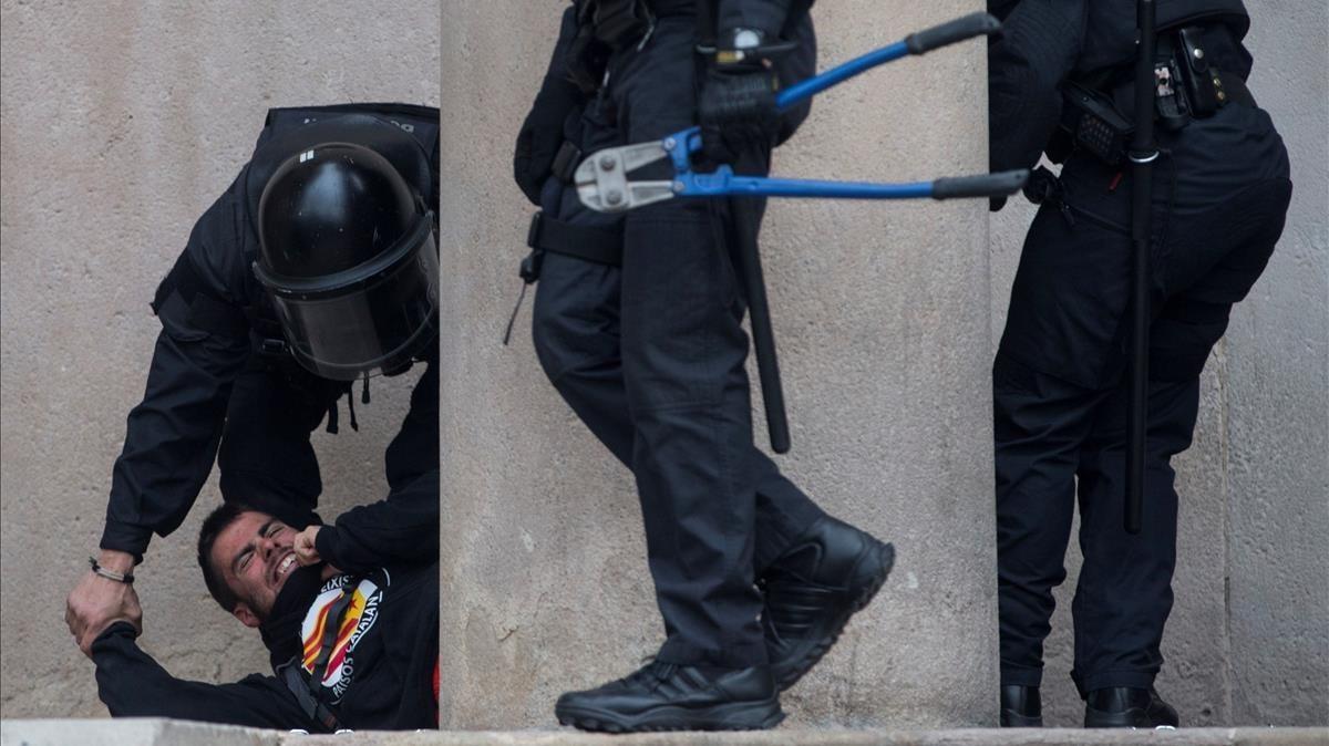 Decenas de personas se han encadenado a las puertas del Tribunal Superior de Justicia de Catalunya.