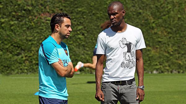 El defensa visita els seus companys del Barça arran de la mort Tito i comparteix els seus record sobre l'exentrenador.