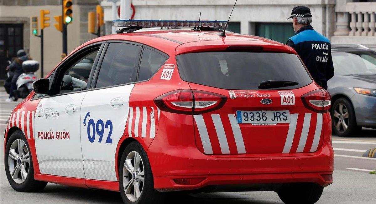 Un coche de la policía local de Gijón.