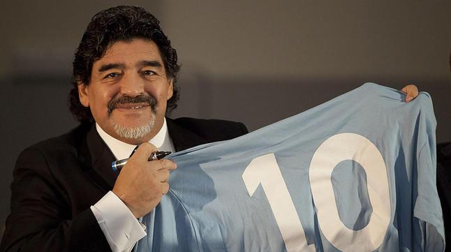 Diego Armando Maradona, con una camiseta albiceleste con el número 10.