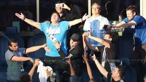 Diego Armando Maradona, rodeado de periodistas argentino, pide a la hinchada albiceleste que anime a Argentina.