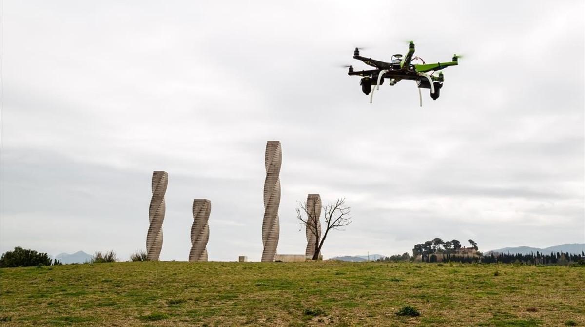 Un dron sobrevuela la Universitat Autònoma de Barcelona.