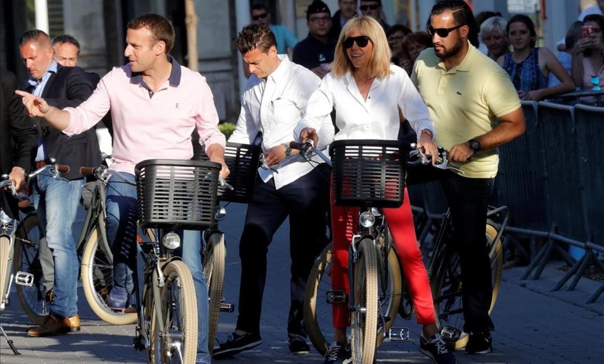 El presidente Macron y su esposa, Brigitte, dan un paseo en bicicleta, el pasado miércoles en Le Touquet.