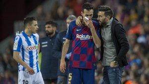Eder Sarabia habla con Sergio Busquets, que tenía problemas estomacales,durante el Barça-Real Sociedad.