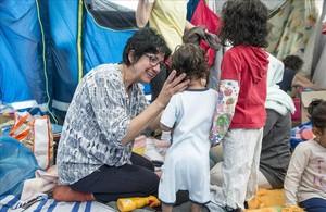 La enfermera Gemma Poca atiende a unos niños en el Baby Hamam.