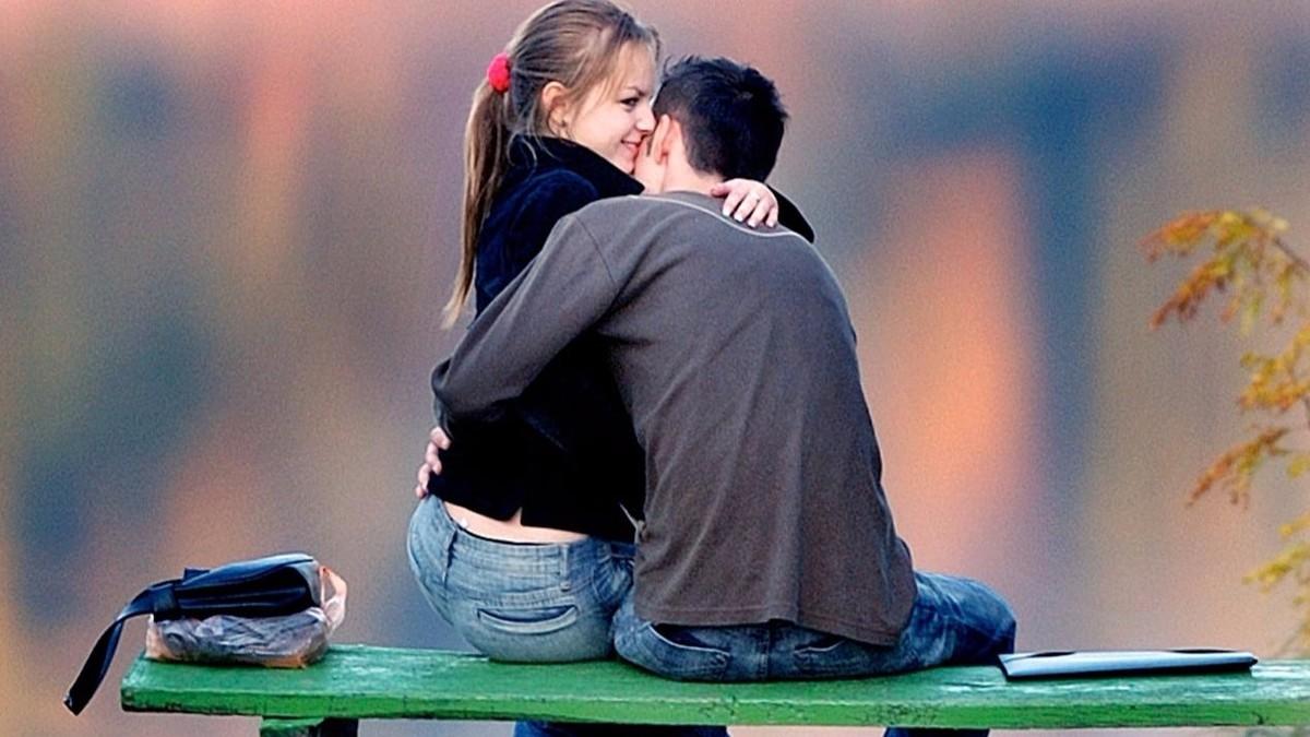 Una pareja en un banco de un parque en Budapest (Hungría) en otoño.
