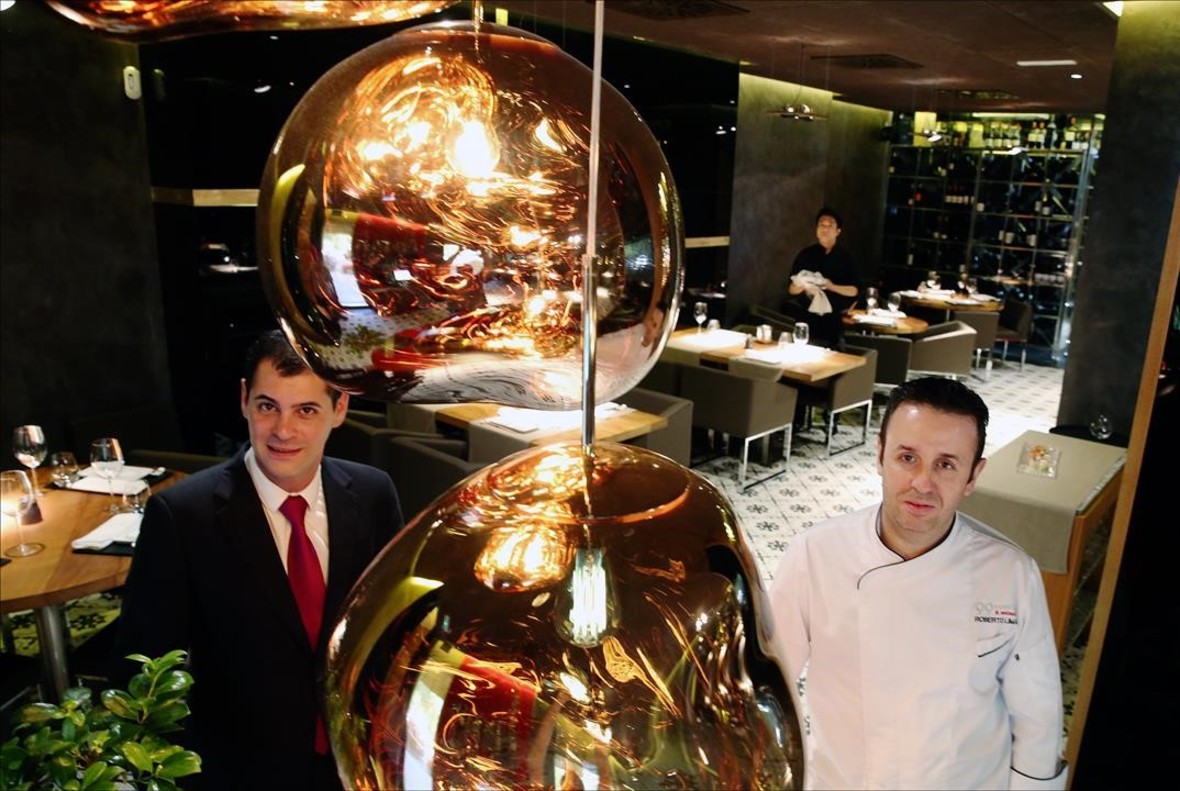 El jefe de sala, Víctor Serrano (izquierda), con Roberto Limas, cocinero especializado en platos calientes.