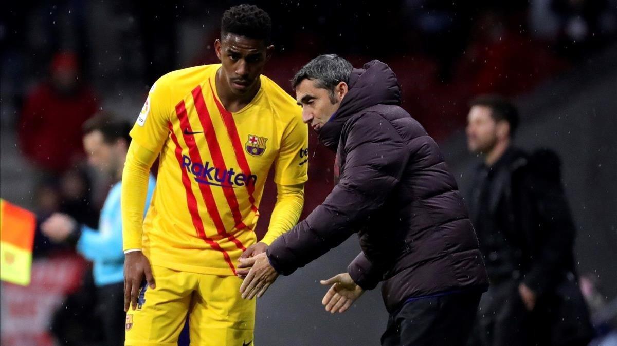Ernesto Valverde da instrucciones a Junior Firpo durante el partido ante el Atlético.
