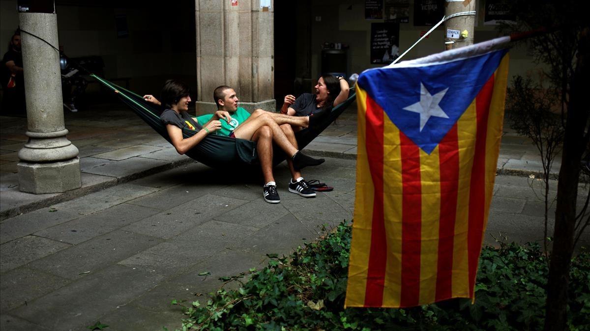 Estudiantes concentrados en los jardines de Universitat de Barcelona.
