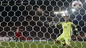 Lanzamiento de penaltis en el partido de cuartos de final de la Eurocopa Polonia-Portugal.