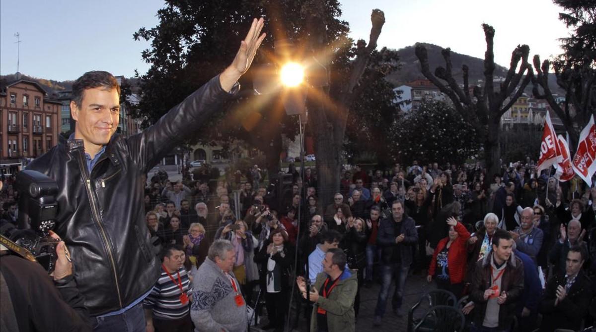 El exlíder del PSOE Pedro Sánchez, en un acto con militantesen Asturias.