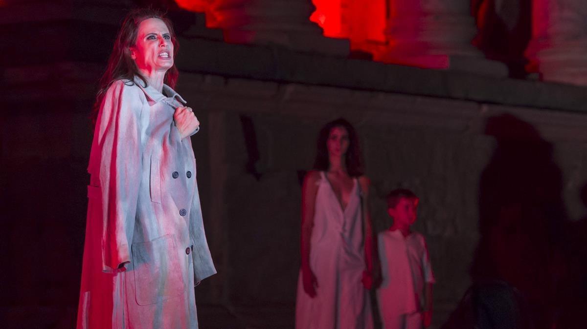 Aitana Sánchez-Gijón (izquierda) y Alba Flores, en una escena de 'Troyanas'.