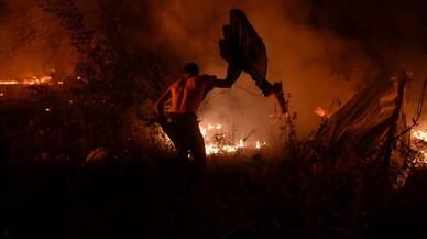 Cubos de agua contra una tormenta de fuego