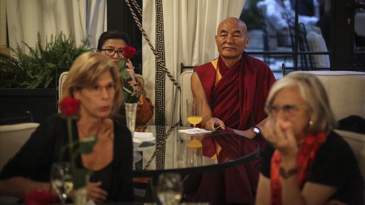 Al fondo, el director de la Casa del Tibet en Barcelona,Thubten Wangchen.