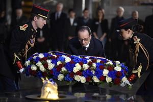 François Hollande deposita flores en el monumento al Holocausto, este martes en París.