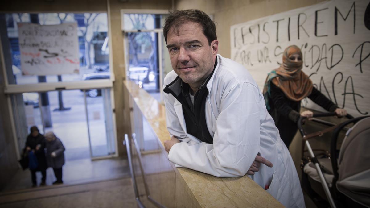 El doctor Daniel Roca, médico en el CAP Raval Sud, en su centro de salud.
