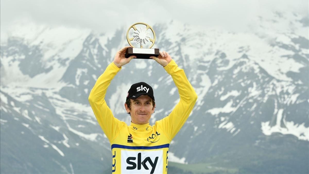 Geraint Thomas, con el trofeo del Dauphiné y los Alpes como escenario.