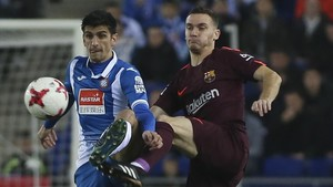 Gerard Moreno disputa el balón con Vermaelen.