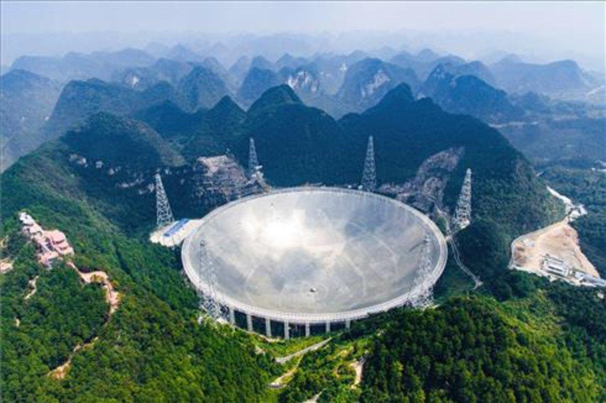 Vista aérea del telescopio esférico (FAST) en el remoto condado de Pingtang en la provincia de Guizhou, suroeste de China.